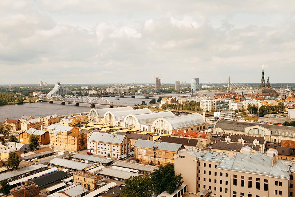 Rīgas panorāma. Jaunā pāra satikšanās