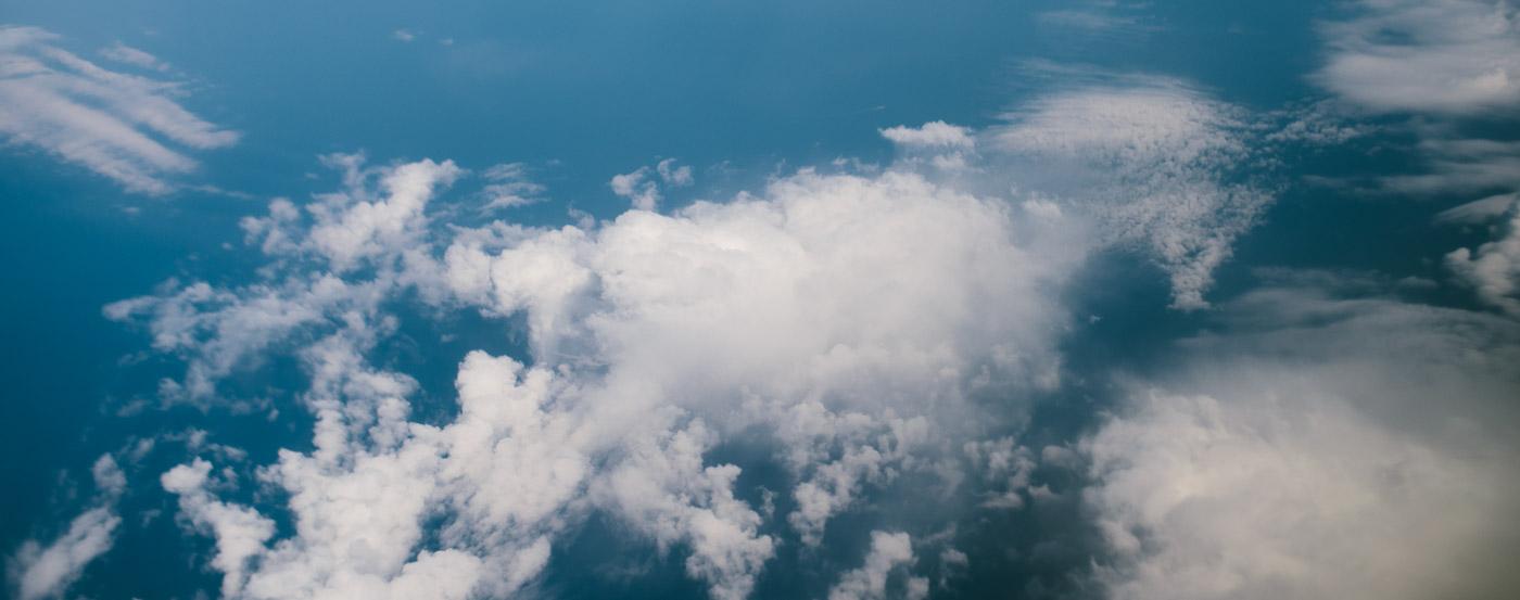 Kas ir kopīgs lidošanai ar lidmašīnu un kāzām ?