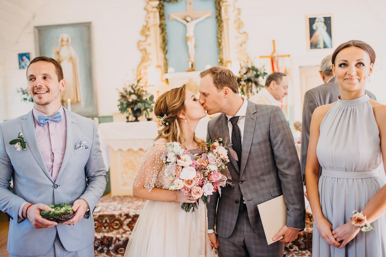 Pirmais skūpsts kāzās