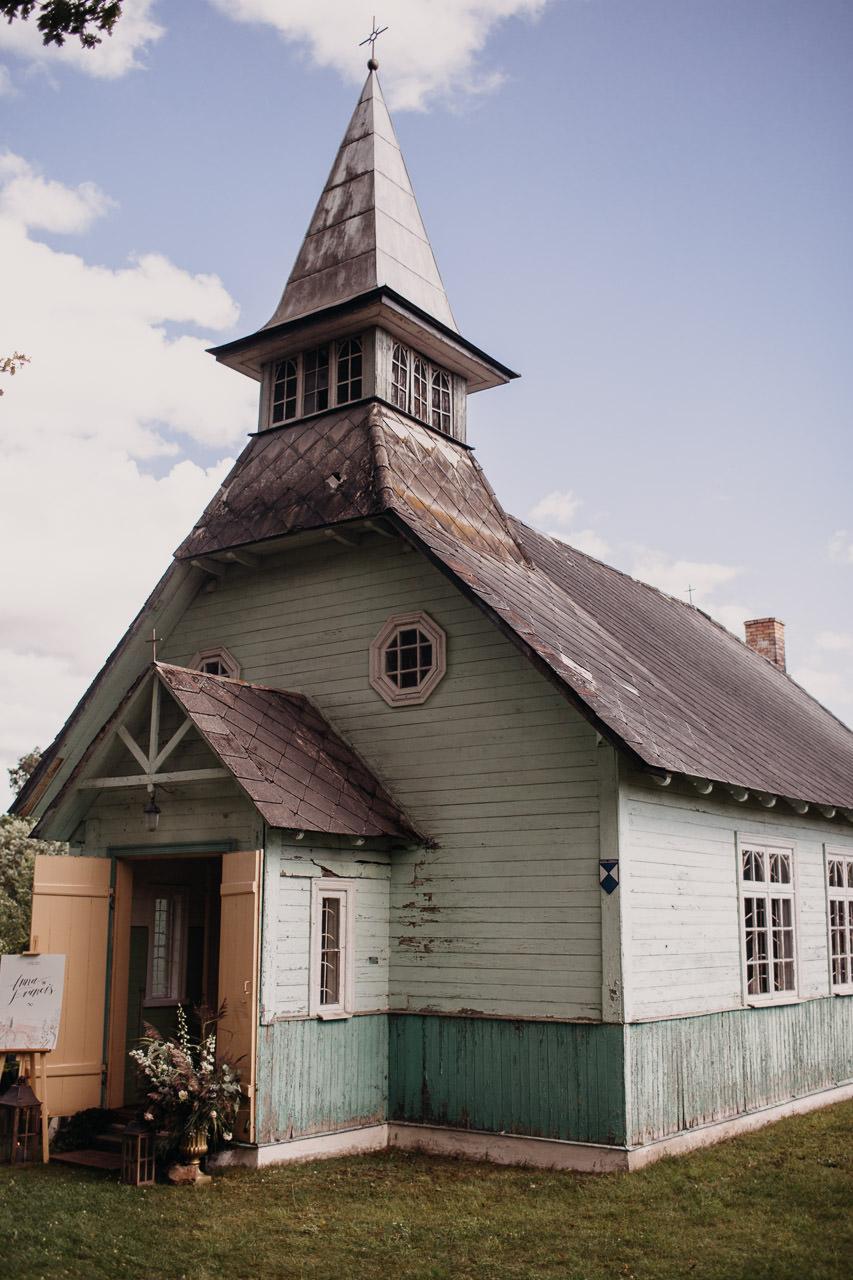 Koka baznīca kāzām
