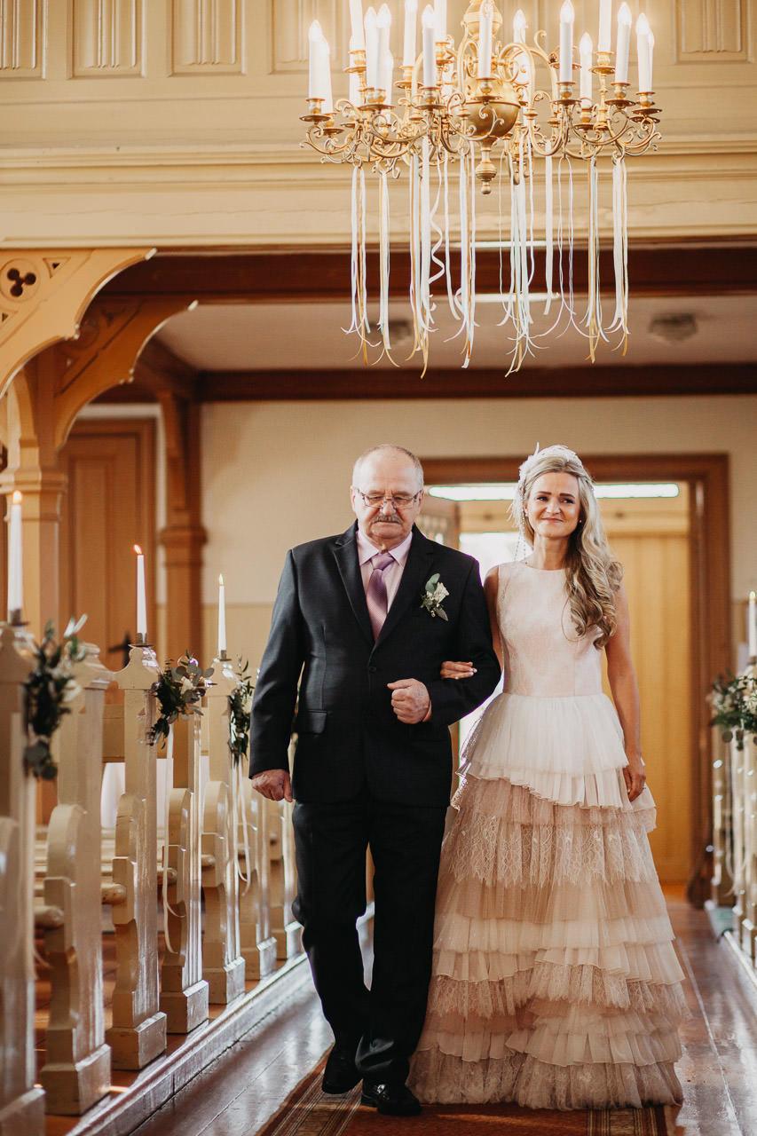Tēvs ved līgavu baznīcā